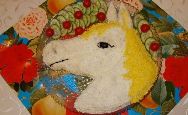салат новогодний лошадь
