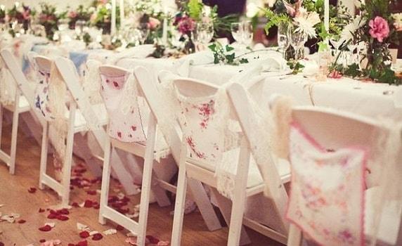 foto kak ukrasit stulja na svadbu 26