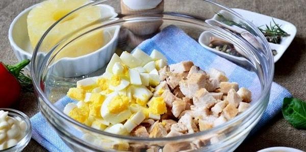foto salat s kuricej i ananasami